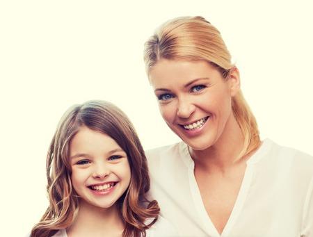 armonia: familia, niño y el concepto de casa - madre sonriente y niña en el hogar Foto de archivo