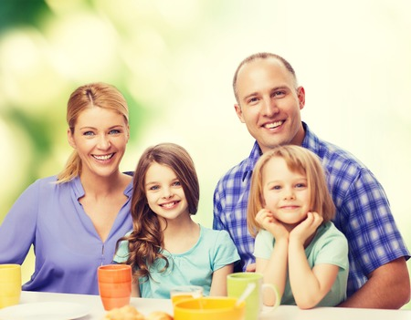 mom dad: comida, familia, hijos, la felicidad y el concepto de la gente - familia feliz con dos hijos con desayuno en casa Foto de archivo