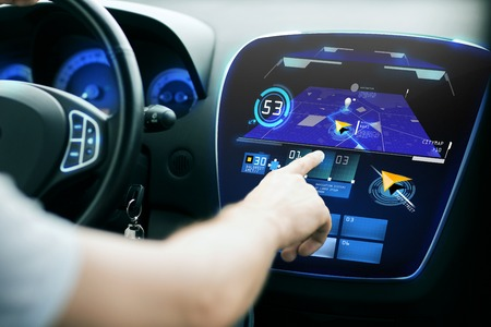 tecnologia: trasporti, la destinazione, la tecnologia moderna e la gente concetto - mano maschile alla ricerca di percorso utilizzando il sistema di navigazione a schermo cruscotto auto
