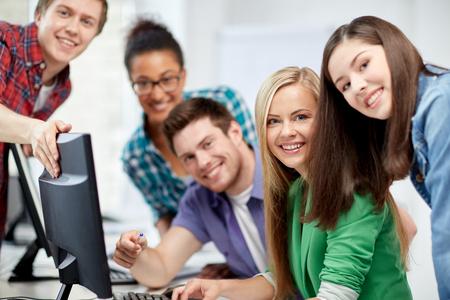 aprendizaje: la educaci�n, la gente, la amistad, la tecnolog�a y el concepto de aprendizaje - grupo de estudiantes de secundaria internacionales felices o compa�eros de clase en clase de computaci�n Foto de archivo