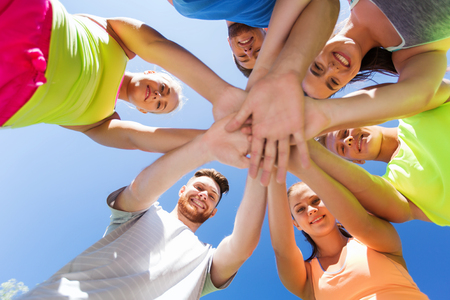 mujeres juntas: fitness, deporte, la amistad y el concepto de estilo de vida saludable - grupo de amigos felices adolescentes con las manos en los mejores al aire libre Foto de archivo