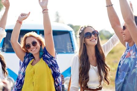 ragazze che ballano: natura, estate, cultura giovanile e le persone concetto - felice giovani amici hippy ballare su auto minivan all'aperto
