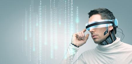 codigo binario: las personas, la tecnología, el futuro y el progreso - hombre con gafas futuristas 3d y el implante de microchip o sensores sobre fondo gris sobre código de sistema binario Foto de archivo