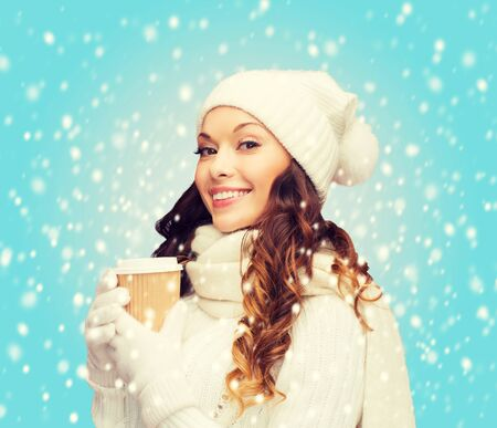 neige noel: hiver, les gens, le bonheur, la boisson et concept de restauration rapide - femme au chapeau avec du thé à emporter ou tasse de café