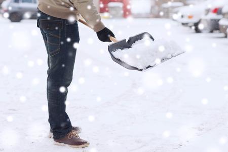 교통, 겨울, 사람과 차량 개념 - 자동차 근처 삽과 남자 파고 눈의 근접 촬영 스톡 콘텐츠