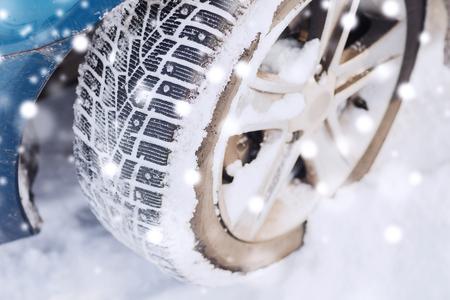 Vervoer, winter en concept voertuig - close-up van de auto wiel Stockfoto - 48023667