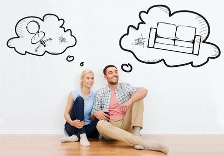 soñando: casa, la gente, la reparación, el movimiento y concepto de bienes raíces - feliz pareja de hombre y mujer sentada en el suelo en lugar de burbujas de texto y garabatos muebles Foto de archivo