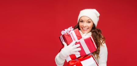 chicas sonriendo: Navidad, Navidad, invierno, concepto de la felicidad - la mujer sonriente en su�ter y sombrero con muchas cajas de regalo