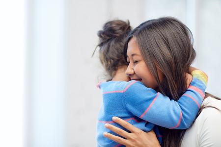 Familie, kinderen, liefde en gelukkige mensen concept - gelukkige moeder en dochter knuffelen thuis Stockfoto - 48092345