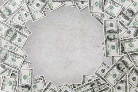 dollaro: affari, finanza, investimenti, risparmio e la corruzione concetto - close up di denaro dollaro su sfondo concreto Archivio Fotografico