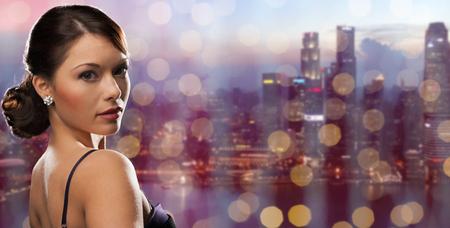 사람들, 휴일, 보석과 고급 개념 - 밤 싱가포르 도시와 조명 배경 위에 다이아몬드 귀걸이와 여자 얼굴