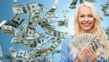 einsparung: Wirtschaft, Geld, Finanzen, Mitarbeiter und Banking-Konzept - lächelnd Geschäftsfrau mit Dollar-Bargeld über blauem Hintergrund