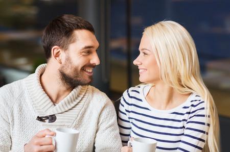 personas hablando: la gente, el ocio y la comunicaci�n concepto - Reuni�n de pareja feliz y beber t� o caf� en el caf� Foto de archivo
