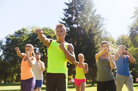 防衛: フィットネス、スポーツ、格闘技、自衛隊、グループの十代の友人または行使のスポーツマンとブート キャンプで健康的なライフ スタイル コンセ