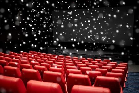 zábava: zábavu a volný čas koncept - kina nebo kina prázdné hlediště s červenými sedadly přes sněhové vločky