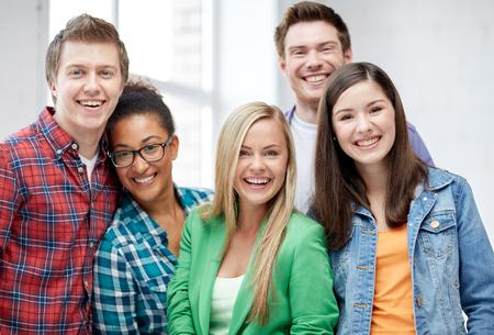 教育、人々、友情および学習コンセプト - 幸せな国際高校生やクラスメートのグループ