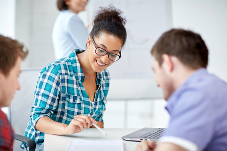 tutor: la educación, la gente, la amistad, la tecnología y el concepto de aprendizaje - grupo de estudiantes de secundaria internacionales felices o compañeros de clase con el aprendizaje en el aula libro