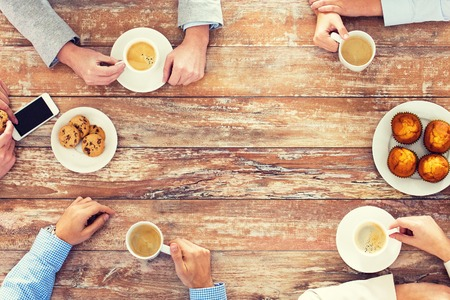 ビジネス、人、チーム コンセプトの仕事 - クリエイティブ チーム会議と、オフィスでの昼食時にコーヒーを飲むをクローズ アップ