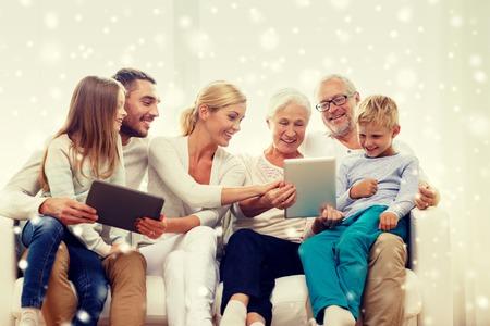 familia feliz casa: familia, generación, la tecnología y el concepto de la gente - sonriendo familia con computadoras tablet pc en casa Foto de archivo