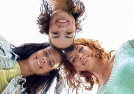 circulo de personas: vacaciones, fin de semana, el ocio y el concepto de la amistad - sonriendo feliz mujeres jóvenes o adolescentes en círculo Foto de archivo