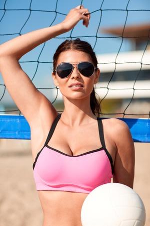 Vacances d'été, le sport et les gens concept - jeune femme avec le volley-ball ballon et net sur la plage Banque d'images - 48396152