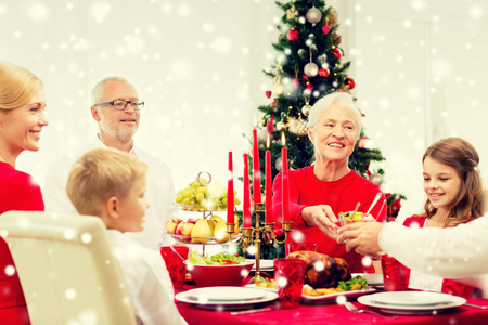 comida de navidad: family, holidays, generation, christmas and people concept - smiling family having dinner at home
