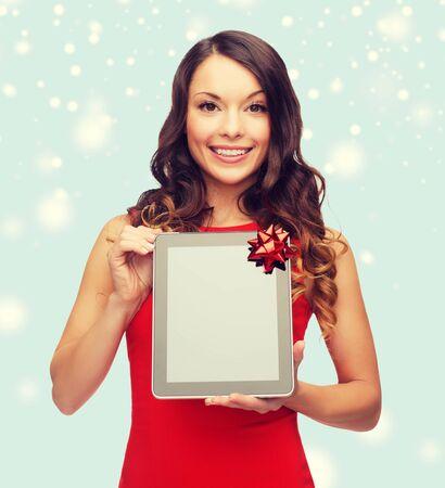 fiestas electronicas: Navidad, Navidad, la electrónica, el concepto adminículo - mujer sonriente con tablet pc pantalla en blanco Foto de archivo