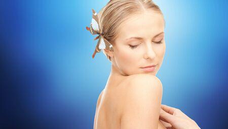 donna farfalla: gente, la bellezza, il corpo e il concetto di cura della pelle - giovane e bella donna felice con la farfalla della forcella su sfondo blu