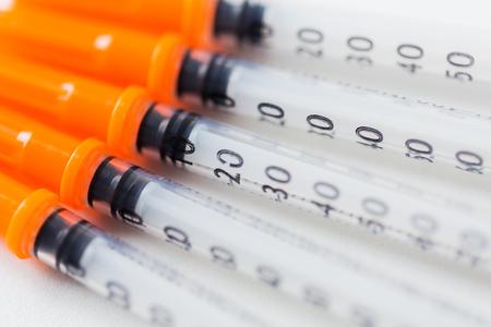 diabetes: la medicina, la diabetes y el cuidado de la salud concepto - cerca de jeringas de insulina en la mesa Foto de archivo
