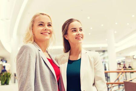mujeres felices: venta, el consumismo y el concepto de la gente - la mujer joven feliz en un centro comercial o centro de negocios