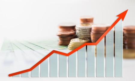 business, finance, investeringen, besparingen en cash concept - close-up van euro papiergeld en munten op tafel