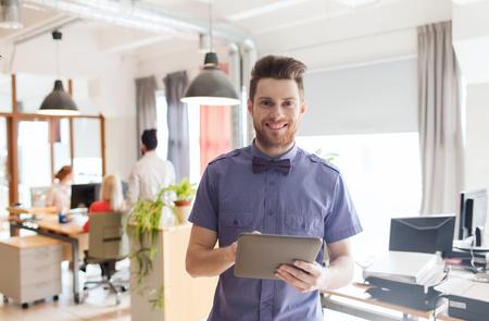 Affaires, démarrage et les gens concept - affaires heureux ou créatif employé de bureau avec un ordinateur tablette pc Banque d'images - 48791305
