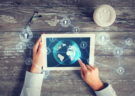 비즈니스, 사람, 국제 통신 및 기술 개념 - 가까운 테이블에 세계지도 및 인터넷 접촉 네트워크와 태블릿 pc 컴퓨터 화면에 손가락을 가리키는 손 최대