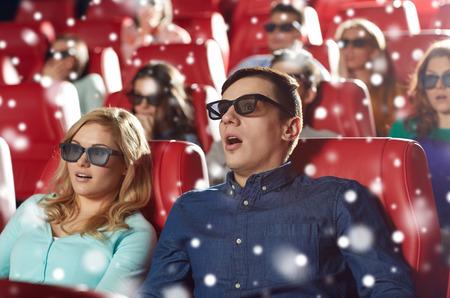 boca abierta: el cine, la tecnología, el entretenimiento y la gente concepto - amigos asustados o pareja con gafas 3D viendo el horror o el thriller en el teatro con copos de nieve