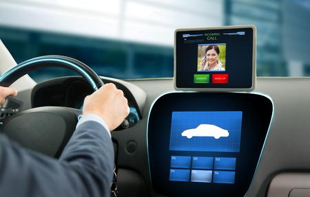 persona llamando: el transporte, la tecnología moderna, la comunicación y el concepto de la gente - cerca del hombre que conducía el auto y recibir llamada entrante de la mujer en la tableta de ordenador PC