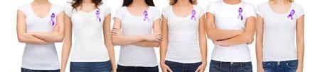 violencia intrafamiliar: la caridad, la gente, la atención de la salud y la cuestión social concepto - cerca de la mujer con la cinta de la conciencia violencia doméstica púrpura en su pecho Foto de archivo
