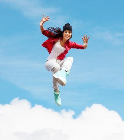 le sport, la danse et le concept de la culture urbaine - belle fille de danse saut