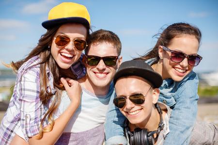 vacances d'été et le concept adolescente - groupe d'adolescents souriants pendre à l'extérieur Banque d'images