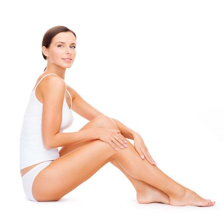 mooie vrouwen: gezondheid en schoonheid concept - mooie vrouw in het wit katoenen ondergoed