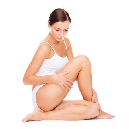 ragazze a piedi nudi: salute e bellezza concetto - bella donna in biancheria intima di cotone bianco