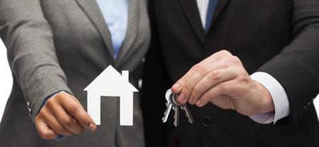 ビジネス、環境、不動産、オフィス コンセプト - 実業家、白い紙の家とキーを保持している実業家