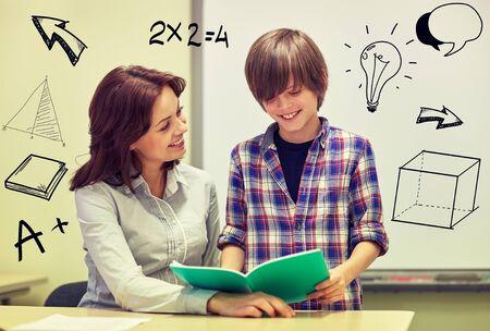 salle de classe: �cole gar�on tenant portable et professeur dans la classe avec des griffonnages Banque d'images