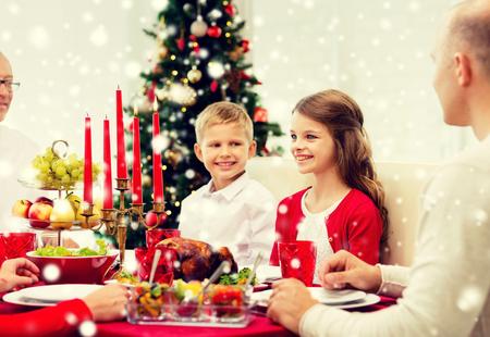 comida de navidad: familia sonriente cenando en casa