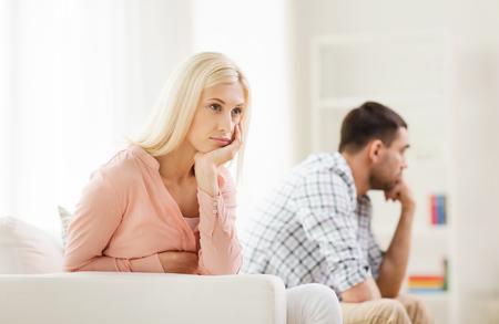 conflicto: pareja infeliz que tienen argumento en el hogar Foto de archivo