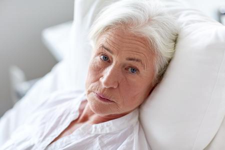 의학, 나이, 건강 관리 및 사람들이 개념 - 병원 병동에서 침대에 누워 수석 여자 환자 스톡 콘텐츠 - 49292221