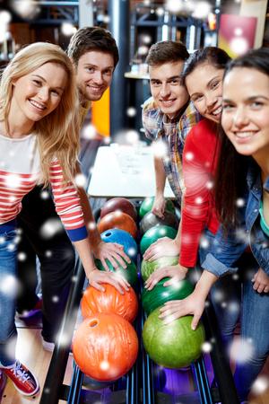 bolos: la gente, el ocio, el deporte, la amistad y el concepto de entretenimiento - amigos felices en club del bowling en temporada de invierno