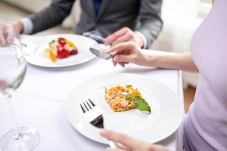 date: Restaurant, Lebensmittel, Menschen, Datum und Urlaub Konzept - Nahaufnahme von Paar isst Vorspeise im Restaurant Lizenzfreie Bilder