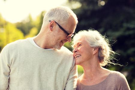 rodziny, wiek, turystyka, podróże i koncepcja ludzie - Starszy para w parku