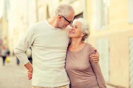 old age: Famiglia, età, turismo, viaggio e persone concetto - coppia senior abbracciando sulla strada della città