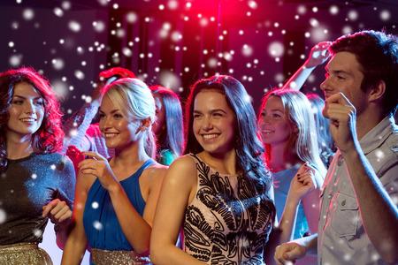 Partito, feste, celebrazioni, vita notturna e persone Concetto - sorridente amici ballare in circolo Archivio Fotografico - 49090934
